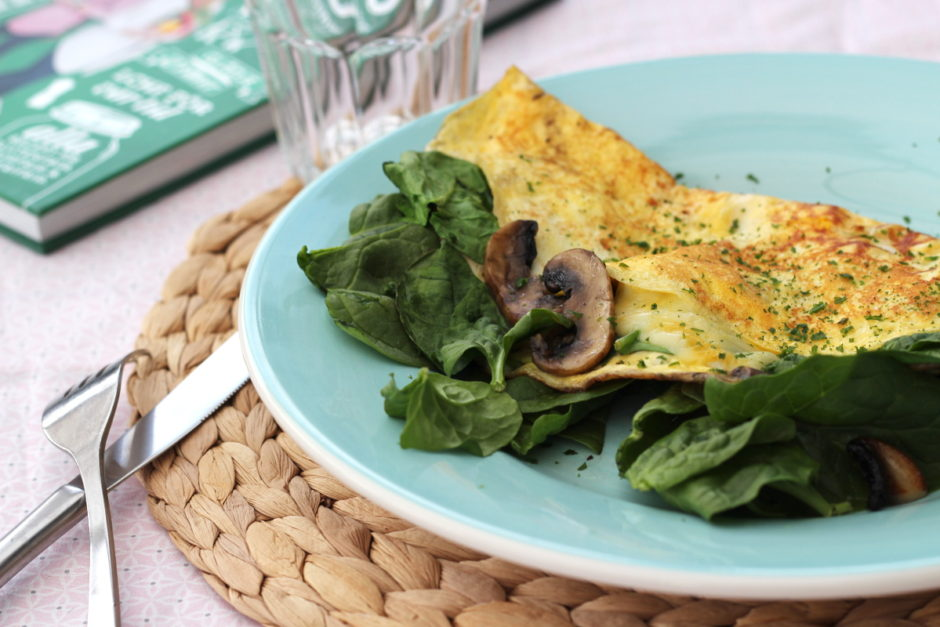 Omelett med ost, färsk spenat och smörstekta champinjoner - en frukost som heter duga!