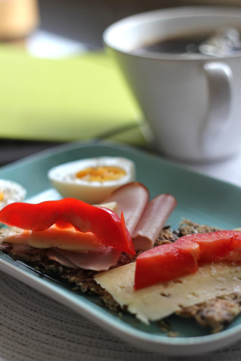 Fröknäcke, med gott pålägg, lite paprika och det obligatoriska ägget - en riktigt god frukost!