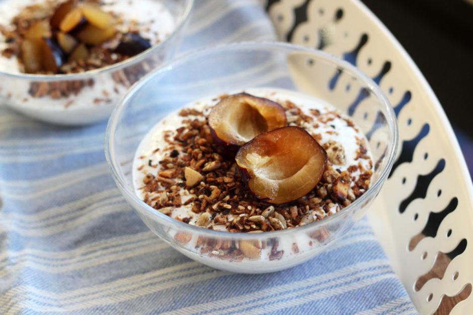 Mellanmål till barnen - naturell yoghurt med granola och plommon