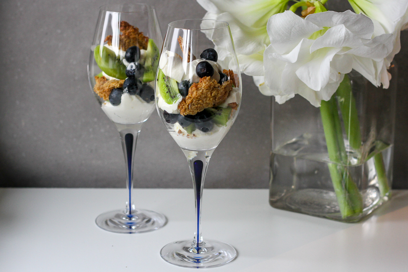 dessert frukt vaniljkräm mandelcrunch